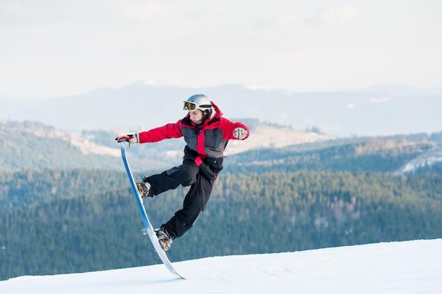 Mannelijke kostganger op zijn snowboard bij wijnplaats Premium Foto