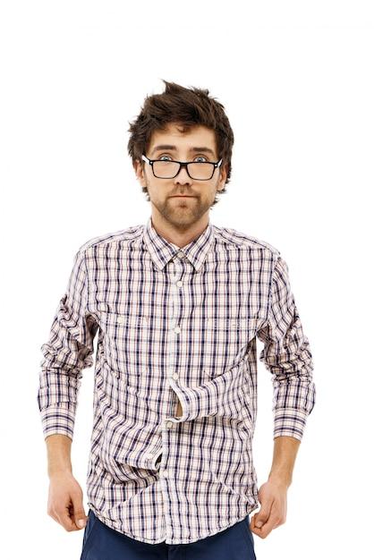Mannelijke nerd met warrig haar ziet er verward uit Gratis Foto