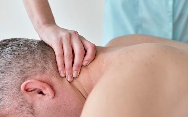 Mannelijke patiënt die therapie met fysioloog ondergaat Gratis Foto