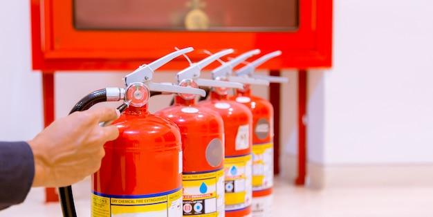 Mannelijke professionele inspectie brandblusser Premium Foto