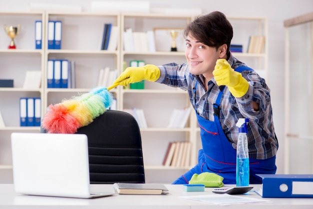 Mannelijke reinigingsmachine die op kantoor werkt Premium Foto