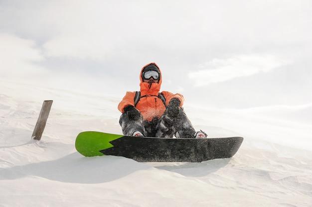 Mannelijke snowboarder rijden de berg heuvel op het bord. snowboarden in georgië, goderdzi Premium Foto