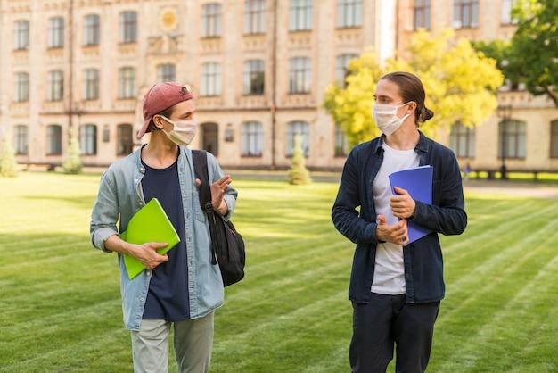 Mannelijke studenten socialiseren op de campus Gratis Foto
