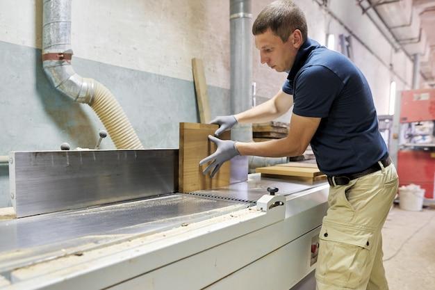 Mannelijke timmerman die houten designmeubilair maakt voor een individuele privé-bestelling Premium Foto
