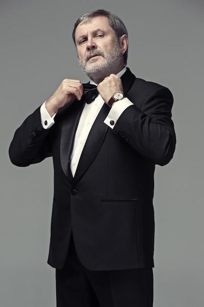 Mannelijke volwassene van middelbare leeftijd het dragen van een pak Gratis Foto