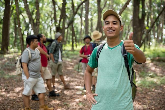 Mannelijke wandelaar duim omhoog Premium Foto