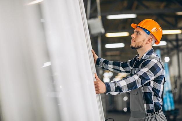 Mannelijke werknemer in een fabriek Gratis Foto