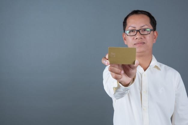 Mannelijke zakenlieden die bankbiljetten, contant geld houden die gebaren met gebarentaal maken Gratis Foto