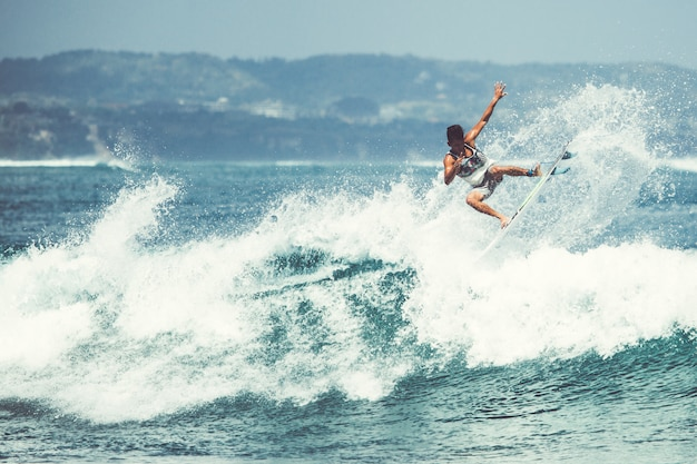 Mannen en meisjes surfen Gratis Foto