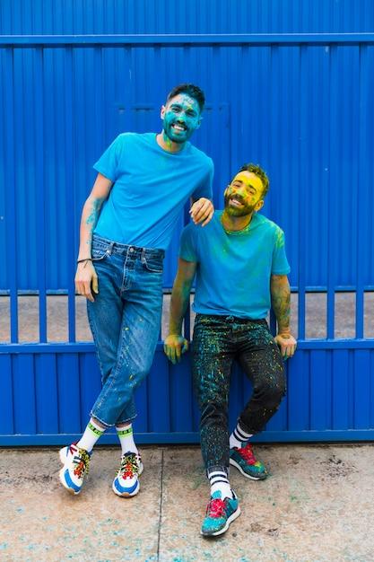 Mannen hebben plezier op holi-festival Gratis Foto
