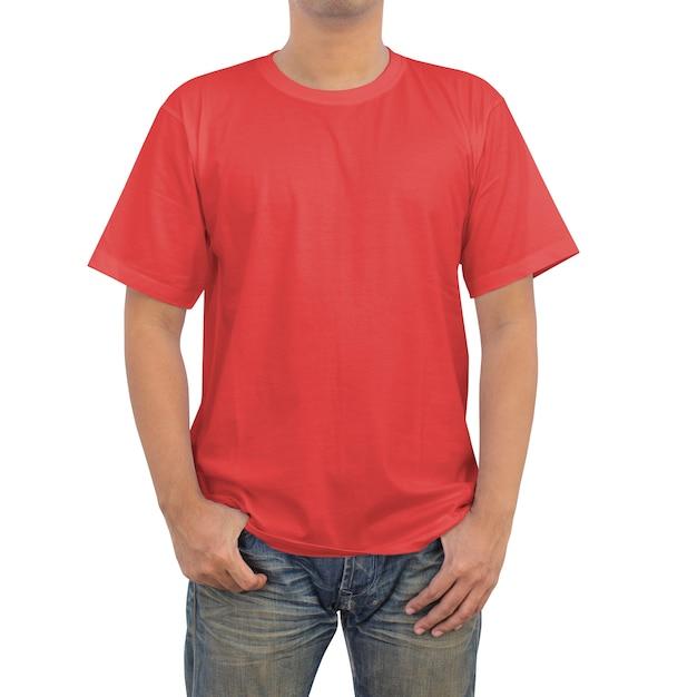 Mannen in een blauwe spijkerbroek en rode t-shirt op witte achtergrond Premium Foto