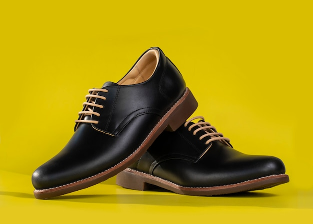 Mannen mode lederen derby schoenen geïsoleerd op geel. Premium Foto