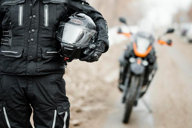 Mannen rijden motorfiets op winterdag Gratis Foto