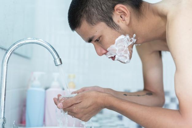 Mannen scheren zich op het gezicht. Gratis Foto