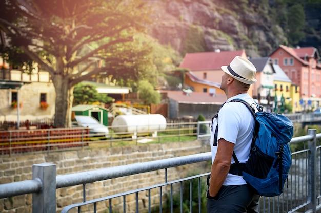 Mannen staan en kijken naar de berg in het dorp Premium Foto