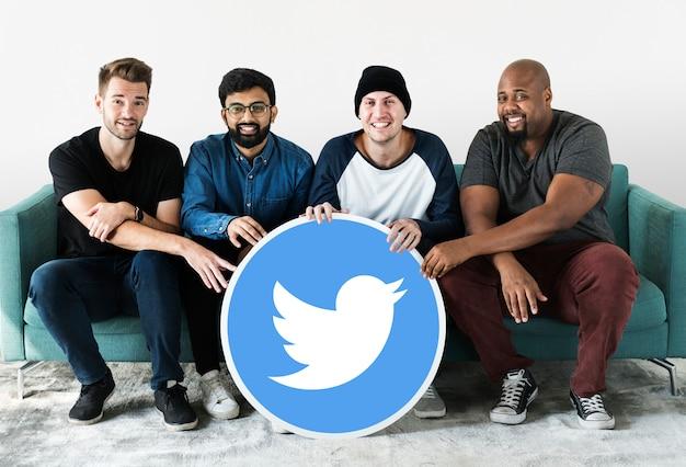Mannen tonen een twitter-pictogram Gratis Foto