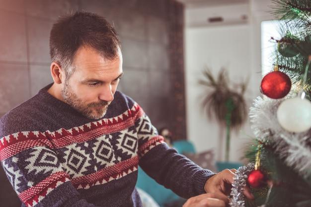 Mannen versieren kerstboom Premium Foto