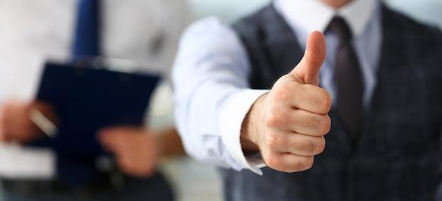 Mannenarmshow ok of bevestigen tijdens conferentie op kantoor Premium Foto