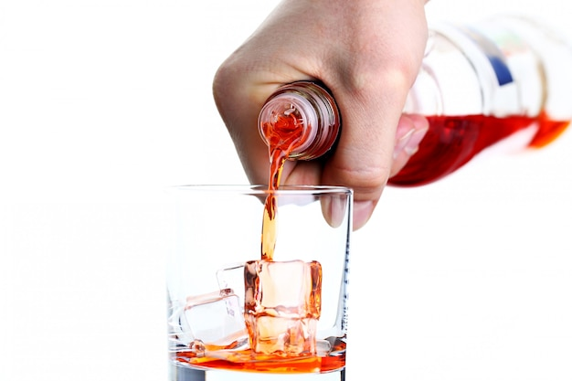 Mannenhand giet drankje voor een cocktail Premium Foto