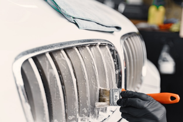 Mannenhand met schuim wassen auto Gratis Foto