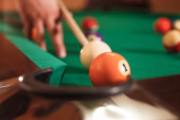 Mannenhand verslaat een bol. Premium Foto
