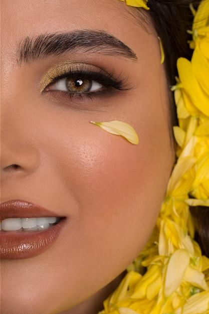 Mannequin in smokey eye make-up en bruine lippenstift Gratis Foto