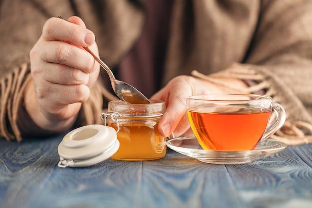 Mannetje drinkt hete thee in koude dag Premium Foto