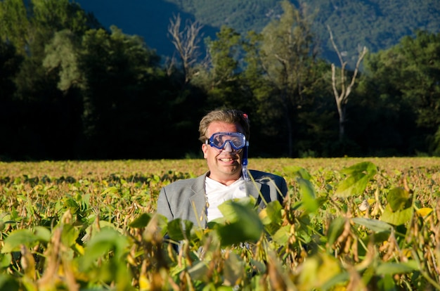 Mannetje in een duikbril die zich op het gewasgebied bevindt Gratis Foto