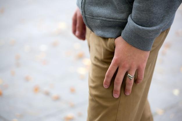 Mans hand in de zak close-up, mode, streetwear Premium Foto