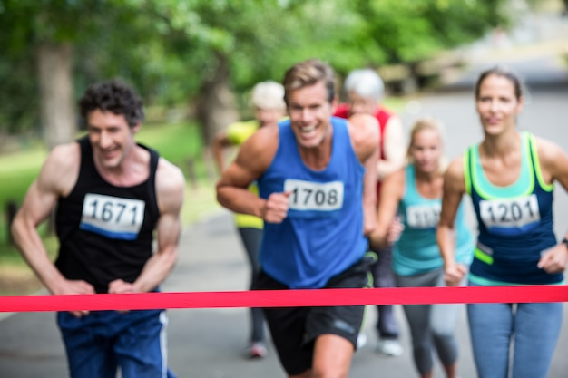 Marathon-atleten dicht bij de finish Premium Foto