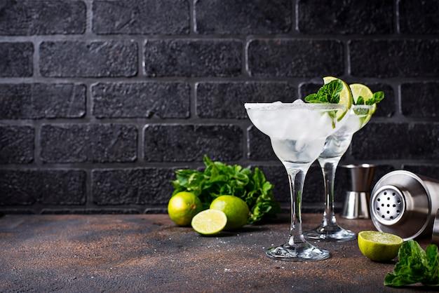 Margarita-cocktail met limoen en ijs Premium Foto