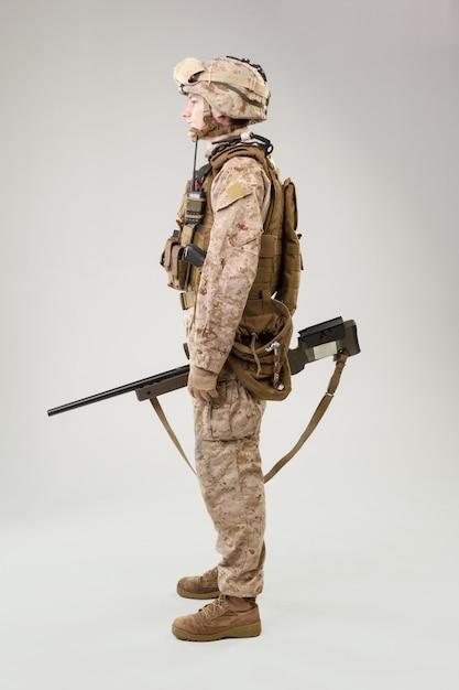 Marine rifleman in gevechtsuniform, helm en kogelvrij vest Premium Foto