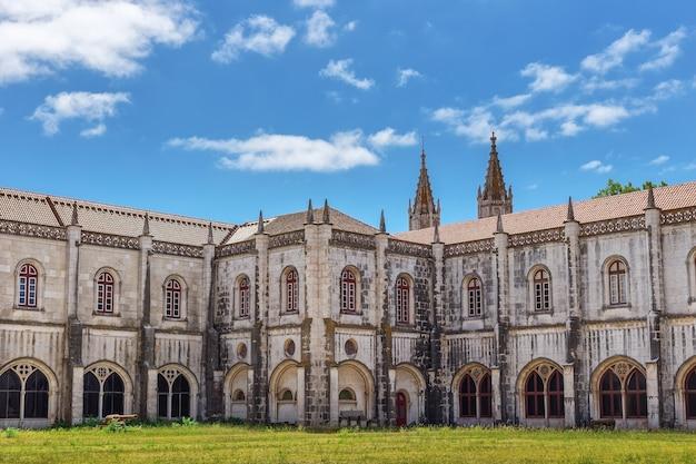 Maritiem museum, de binnenplaats, een historisch monument. jeronimos. lissabon Premium Foto