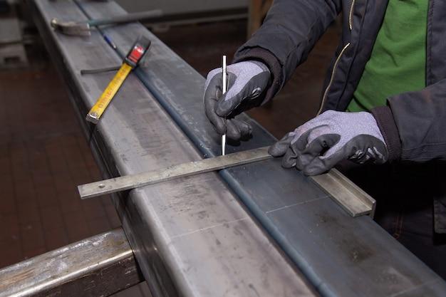 Markeringen op een metalen oppervlak voor het boren van gaten. markeergereedschap. Premium Foto