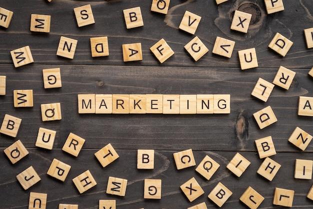 Marketing woordblok op lijst voor bedrijfsconcept. Premium Foto