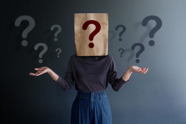 Marketingstrategie en zakelijke relatie concept. ken uw klant. jonge klant op bedekte tas met veel vraagtekens Premium Foto