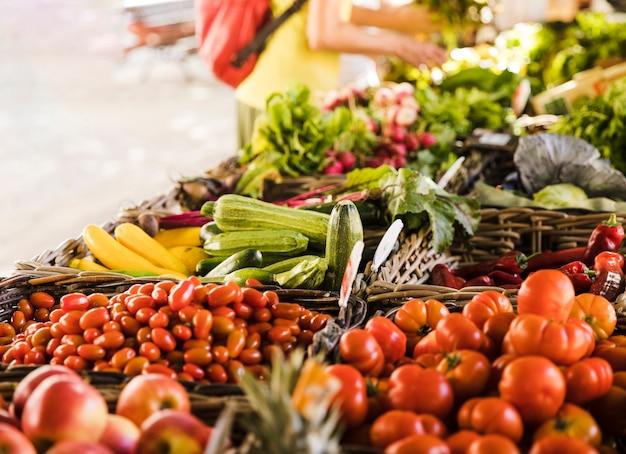Marktkraam met verscheidenheid aan biologische groente Gratis Foto