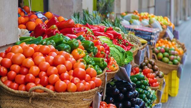 Marktkramen met groenten en fruit. selectieve aandacht. Premium Foto