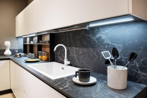 Marmeren effect aanrecht met keukengerei Premium Foto