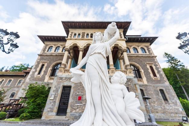 Marmeren standbeeld voor cantacuzino-kasteelingang in busteni Premium Foto