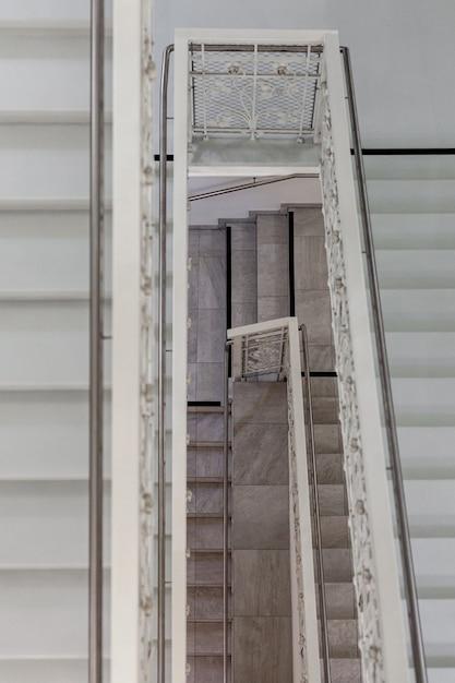 Marmeren trap met roestvrijstalen leuningen in het hotel. Premium Foto