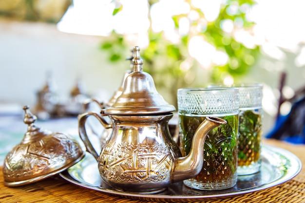 Marokkaanse traditionele drank in een theepot. Premium Foto
