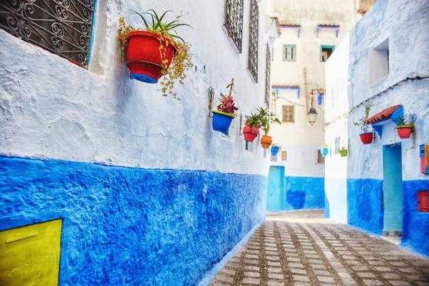 Marokko blauwe stad chefchaouen, eindeloze straten Premium Foto