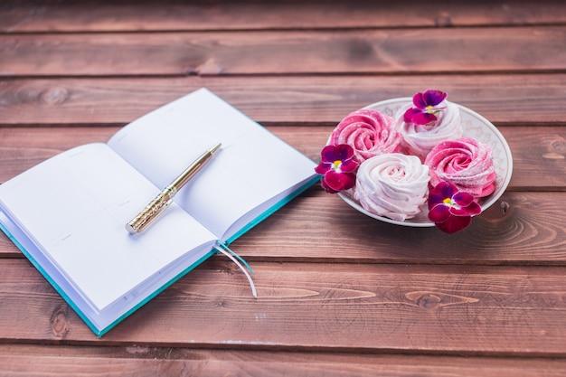 Marshmallow en een open boek. Premium Foto