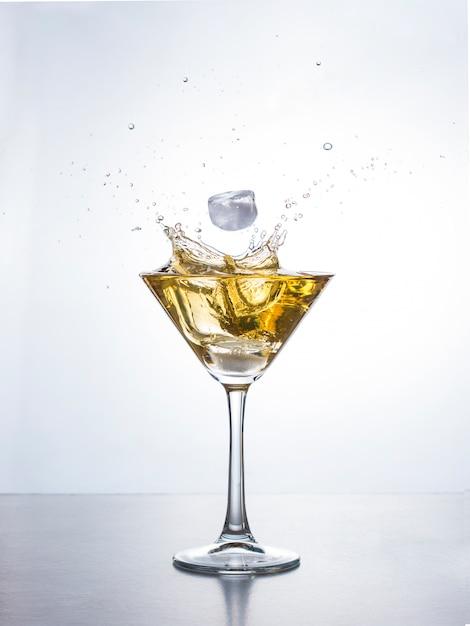 Martini of cocktail met plons Premium Foto