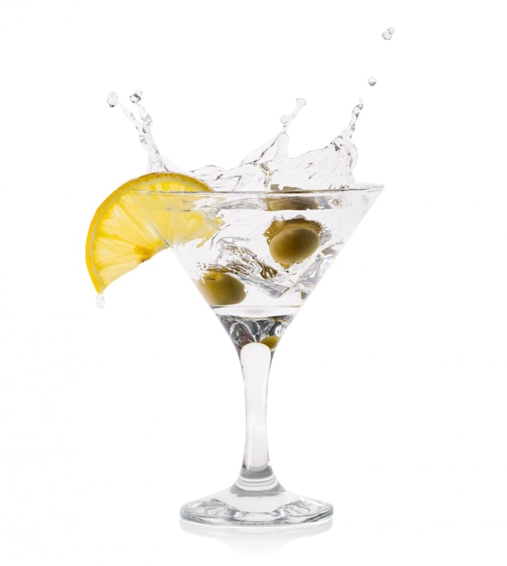 Martini splash met olijven in een transparant glas Premium Foto