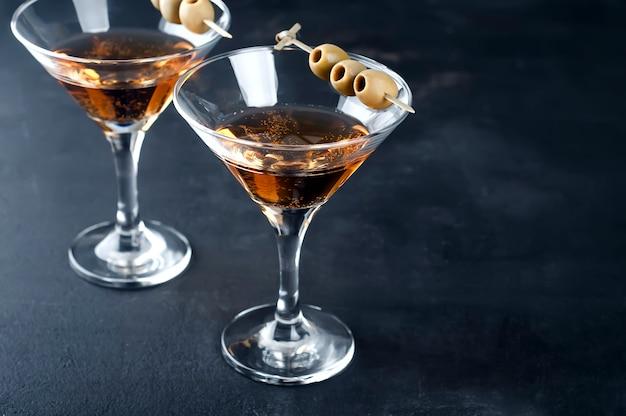 Martiniglas en olijven Premium Foto