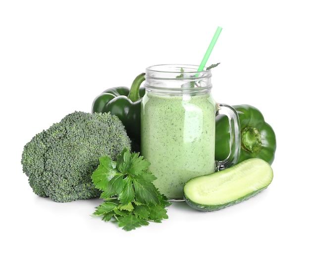 Mason jar gezonde smoothie met groenten op witte ondergrond Premium Foto