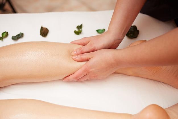 Massage bij wellnessclub Premium Foto