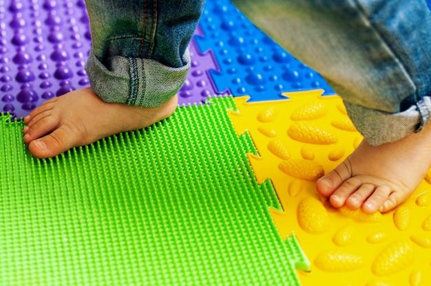 Massage en orthopedische mat, tapijt voor kinderen. vroege ontwikkeling, orthopedie Premium Foto